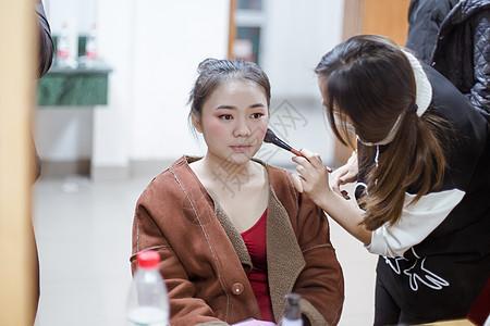 化妆师给舞蹈演员打腮红图片