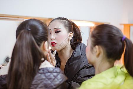 后台舞蹈演员相互化妆图片