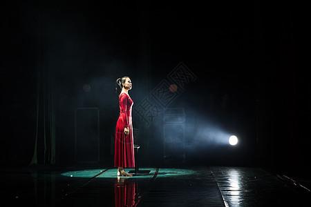 红裙舞者现代舞开场图片