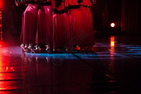 红裙舞者表演现代舞踮脚图片