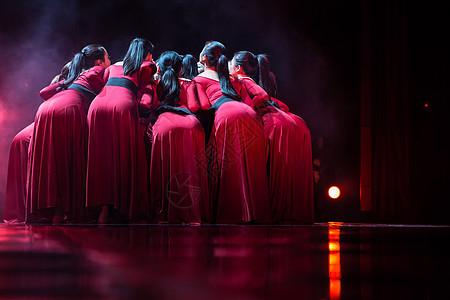 红裙舞者表演现代舞围拢图片