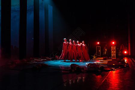 红裙舞者表演现代舞图片