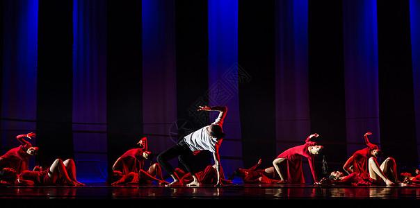 男性舞者在红裙舞者领舞图片