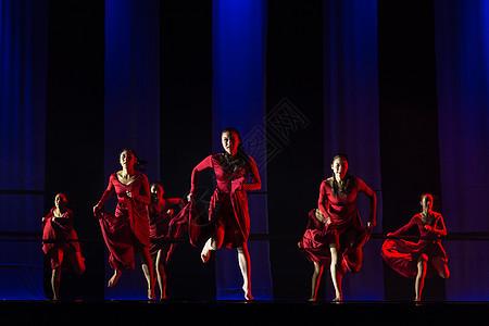 红裙舞者表演现代舞奔跑图片