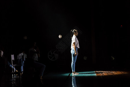 学生舞者聚光灯表演现代舞图片