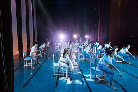 活力学生舞者表演现代舞图片
