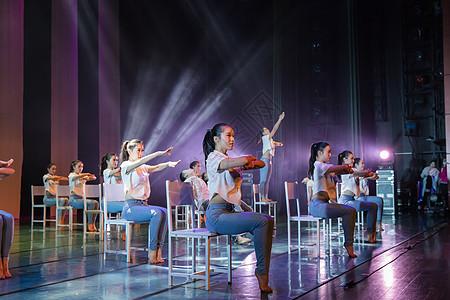 活力学生舞者表演举手图片