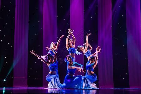 女性舞者表演傣族舞蹈图片