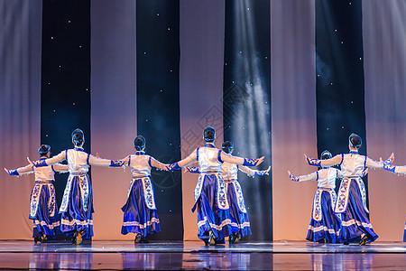 女性舞者表演蒙族舞蹈图片