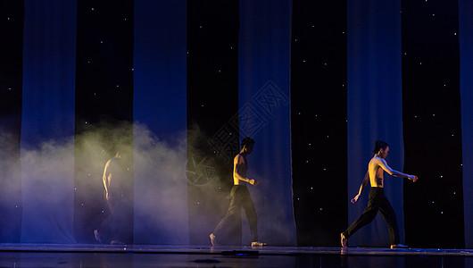 男性舞者表演现代舞图片