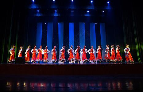 年轻女性舞者表演藏族舞蹈图片