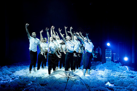 大气现代舞年轻舞者仰望图片