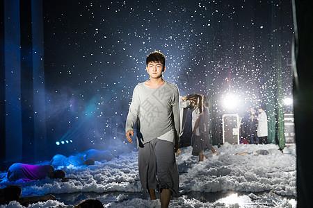 大气现代舞帅气舞者雪中走图片