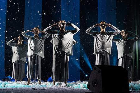 大气现代舞舞者表演捂眼图片