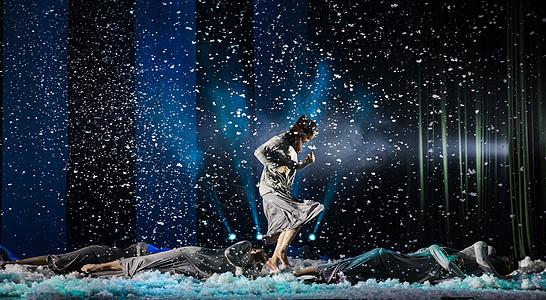 大气现代舞雪景奔跑图片
