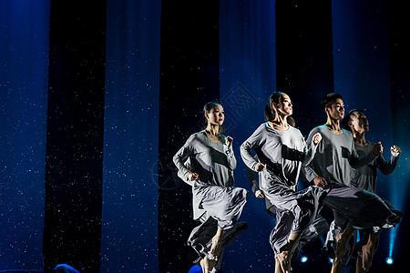 大气现代舞舞者表演奔跑图片