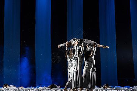 大气现代舞表演众人抬起图片