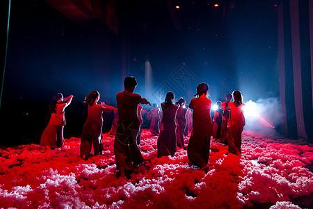 年轻舞者大气现代舞表演图片