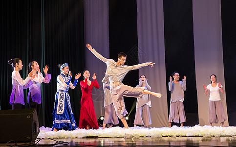 年轻舞者舞台舞蹈动作表现图片