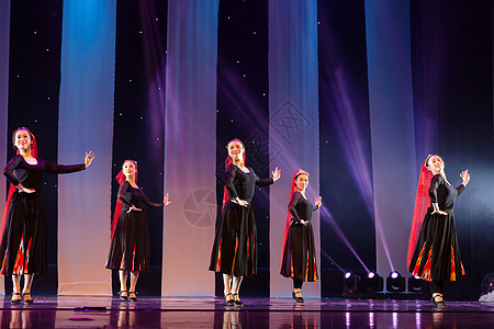 女性舞者表演维族舞蹈图片