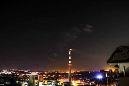 城市夜空中冒出一缕浩渺的烟囱图片