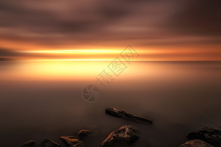 魔幻彩霞中的湖图片