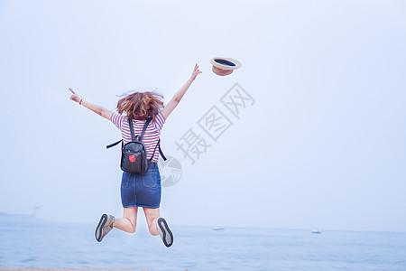 日系海边跳跃的女生图片