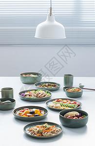 餐桌的许多美食图片