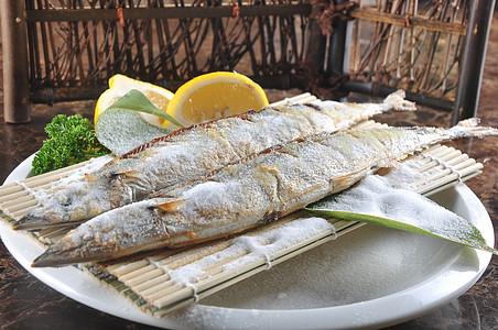 盐焗秋刀鱼图片