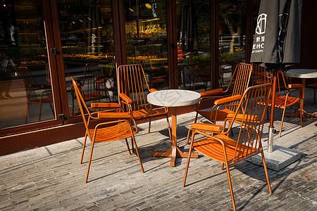 咖啡店前的桌椅图片