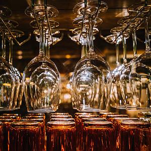 酒吧玻璃酒杯拍摄图片