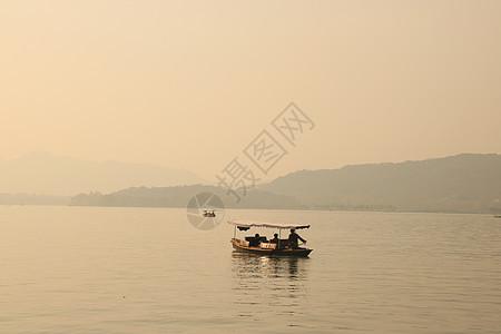 西湖泛舟图片