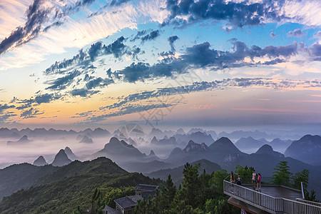 高山上绚丽的早晨日出霞光图片