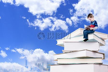 做在书上看书的小人图片
