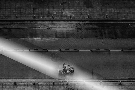 老电影里阳光中骑车的老人图片