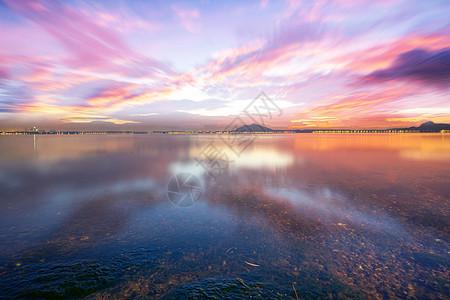 彩霞中美丽的湖景图片