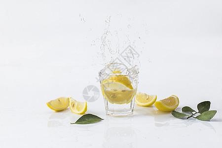 柠檬溅起的水花图片