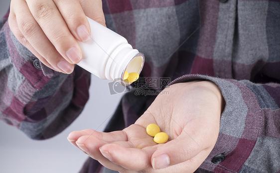 准备吃药的人图片