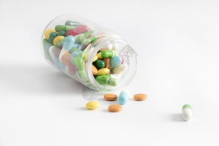 透明药瓶中散落的药图片