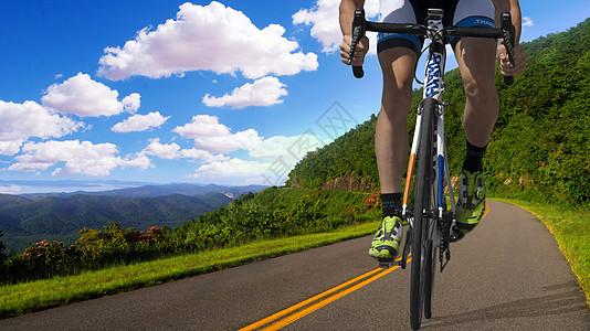 在山道上骑车的人图片
