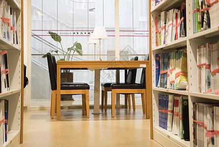 图书馆自习室认真学习的人图片