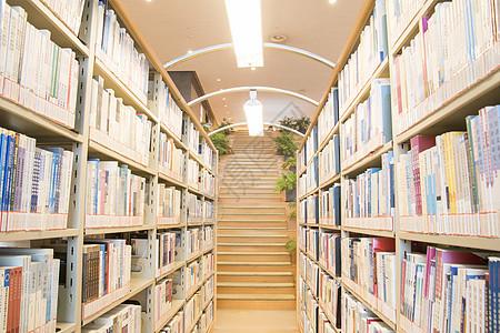 图书馆整齐排列的书架图片