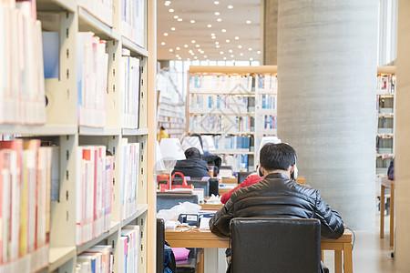 图书馆里学习的人图片