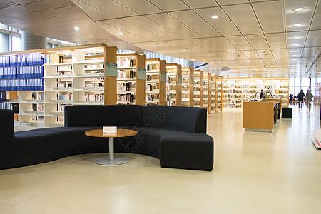 图书馆整齐摆列的书架图片