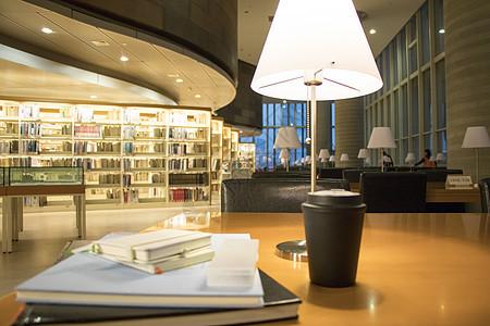 图书馆里学习的桌面图片