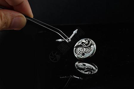 镊子指针和金属质感的表盘图片