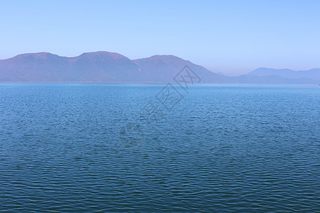 风景 湖面 船 水 山脉 别墅图片