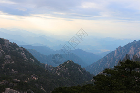 高耸入云的山峰图片