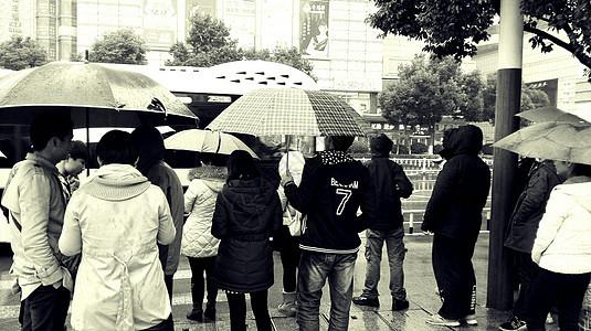 雨天等公交的人群图片