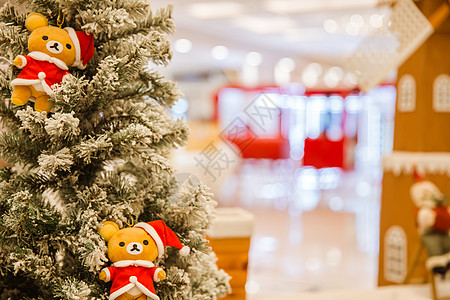 商场小熊松树场景虚化图片
